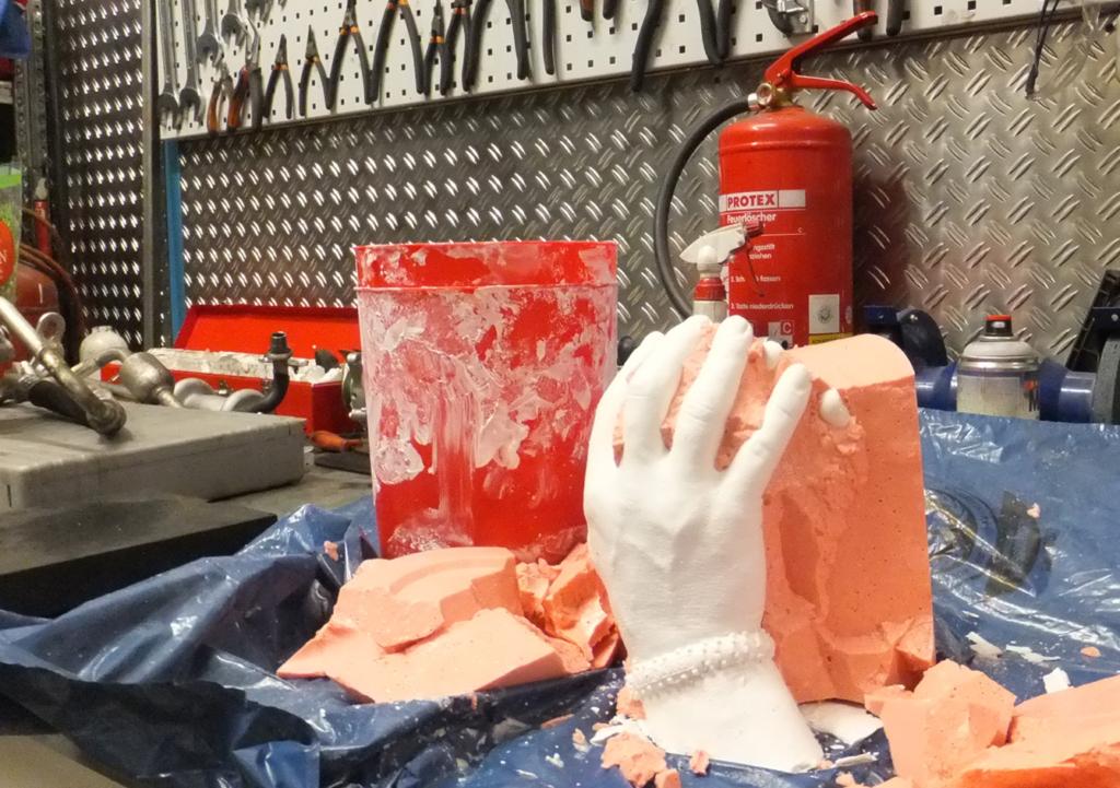 Foto: Jacek Kalitas abgeformte Hände zur Hälfte aus der Form genommen