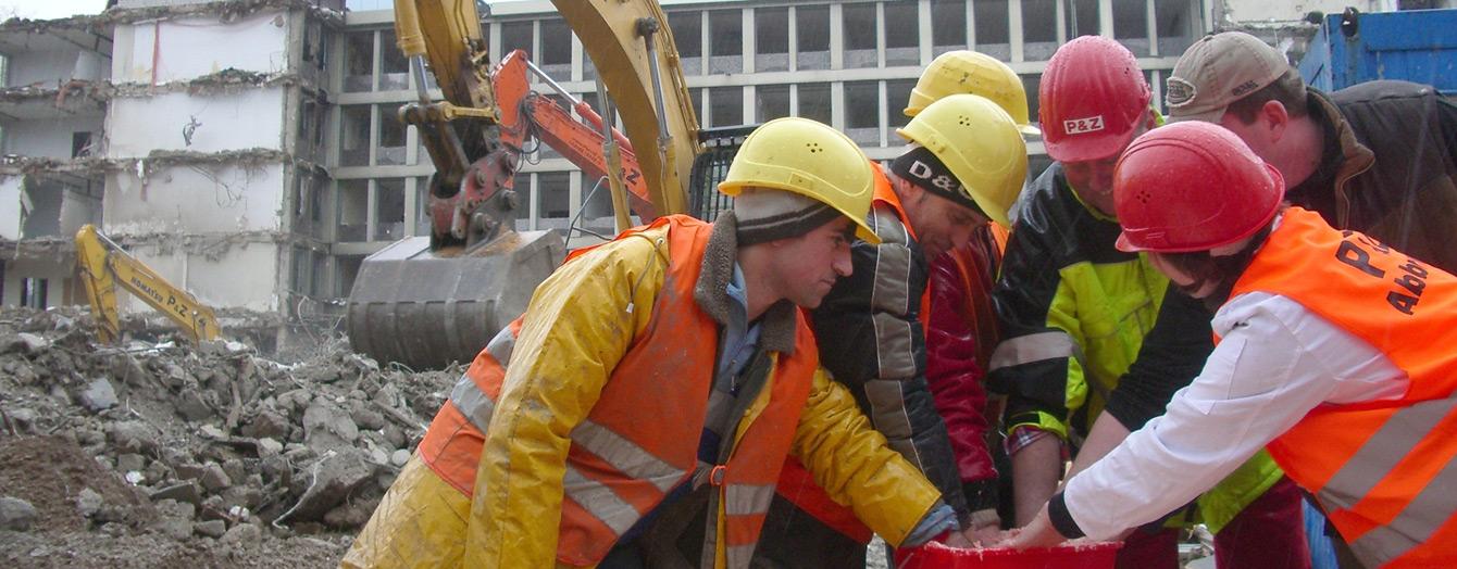 Foto: Kölner Bauarbeiter bei der Handabformung mit Ute Krafft