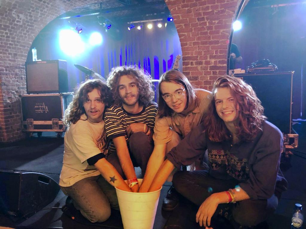 Foto: Briston Maroney und seine Bandmitglieder lassen ihre Hände abformen