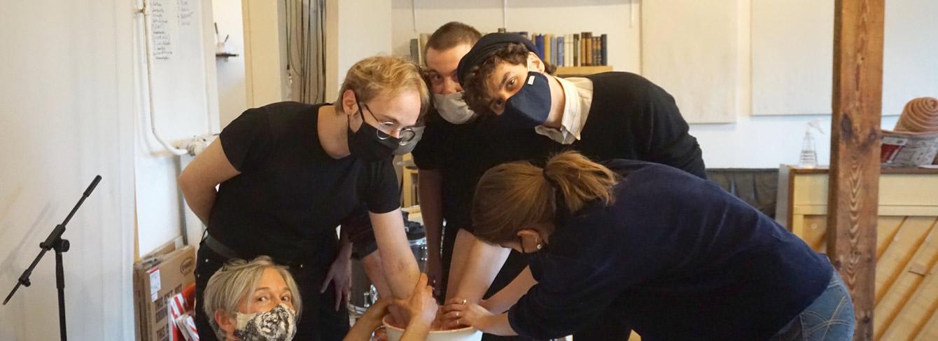 Foto: Die Band Isolation Berlin mit Ute und Loredana beim Handabformen
